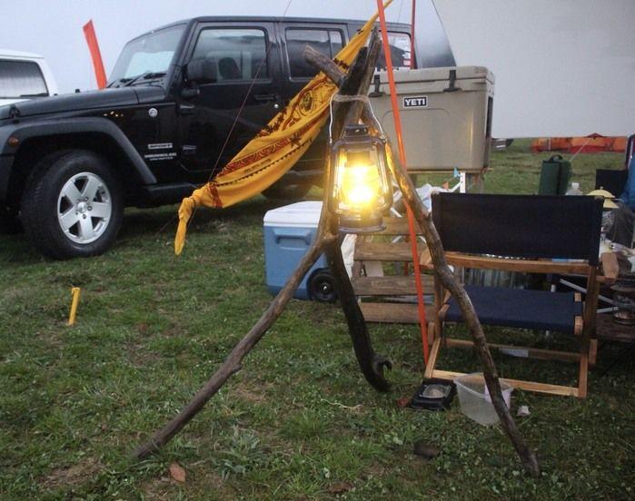 塗装した流木を使いランタンスタンドにして、キャンプをしている様子