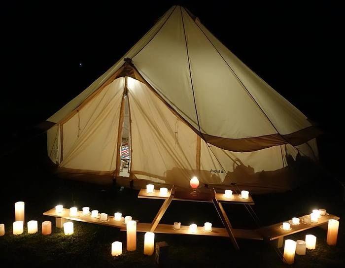 テントの外に置かれたたくさんのロウソク