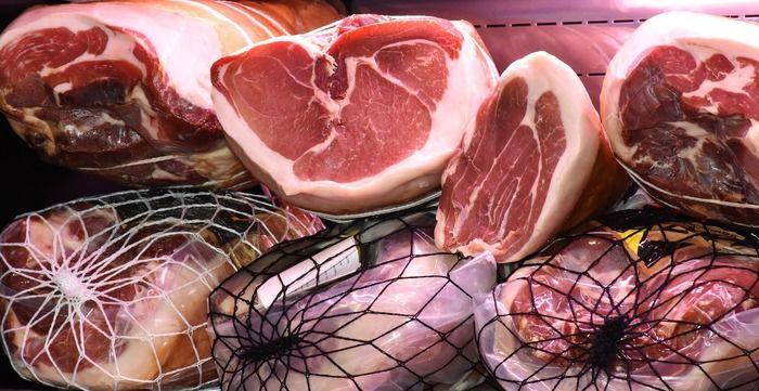 切れている肉の写真
