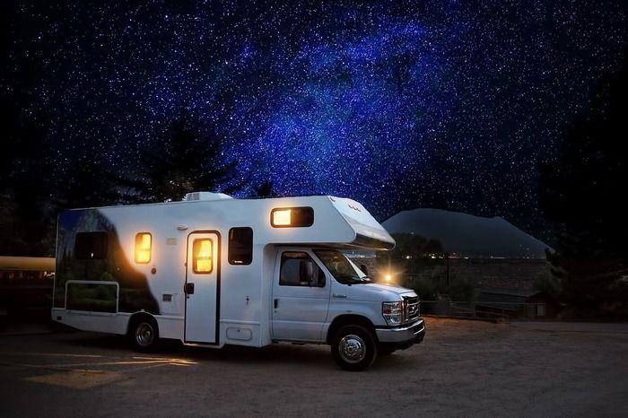 星空の下のキャンピングカー