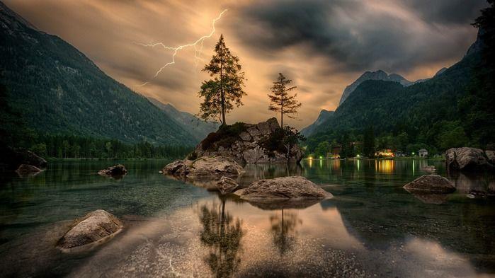 雷が光る夜のキャンプ場