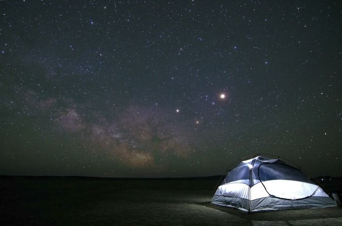 満点の星空とテントの灯り