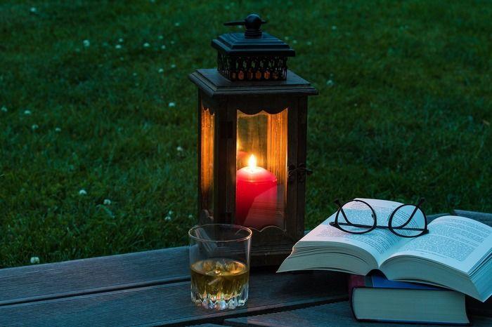 ランタンの灯りと読みかけの本