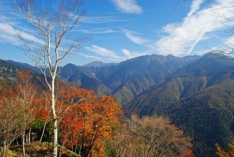 連なる山々と紅葉