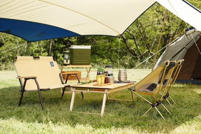 ナチュラルカラーのテントとロースタイルチェア、デスク