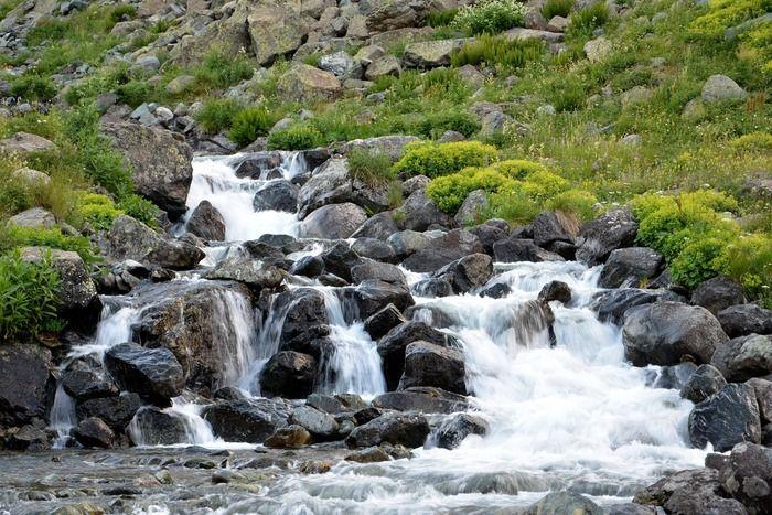 ゴツゴツした岩と川の流れ