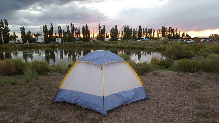 夕暮れの湖畔のキャンプ場