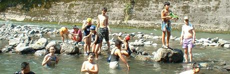 川遊びをする子供達やカップル