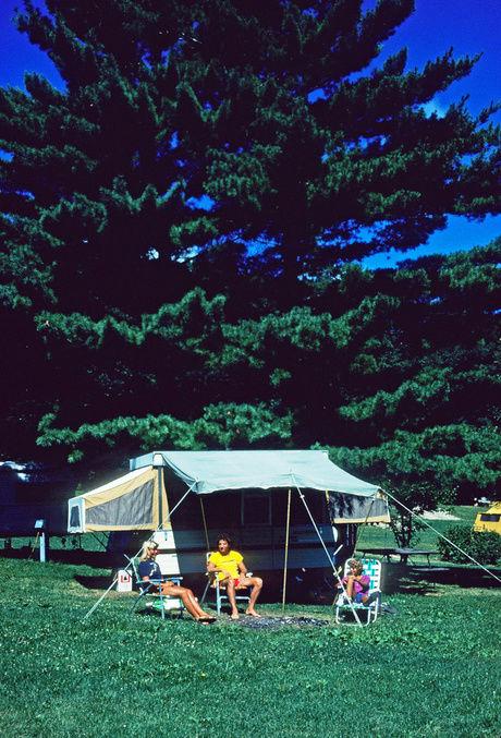 テント前でくつろぐ人々