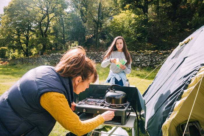 ツーバーナーでお湯を沸かす女性たち