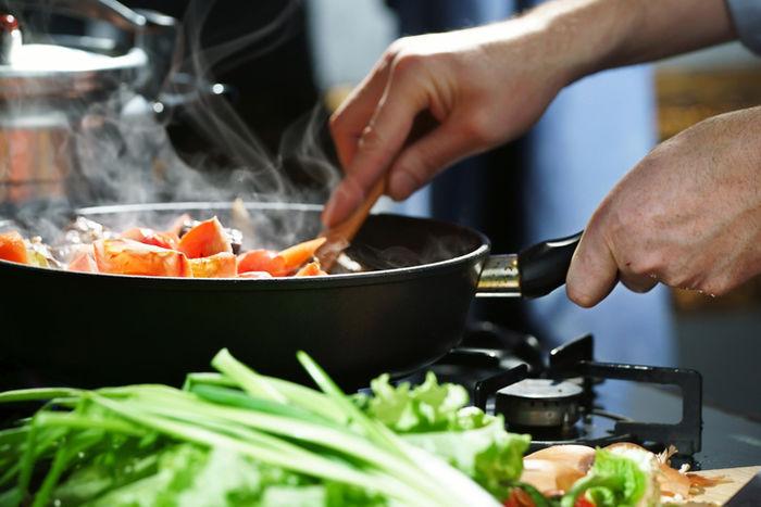 ツーバーナーで野菜を炒める様子