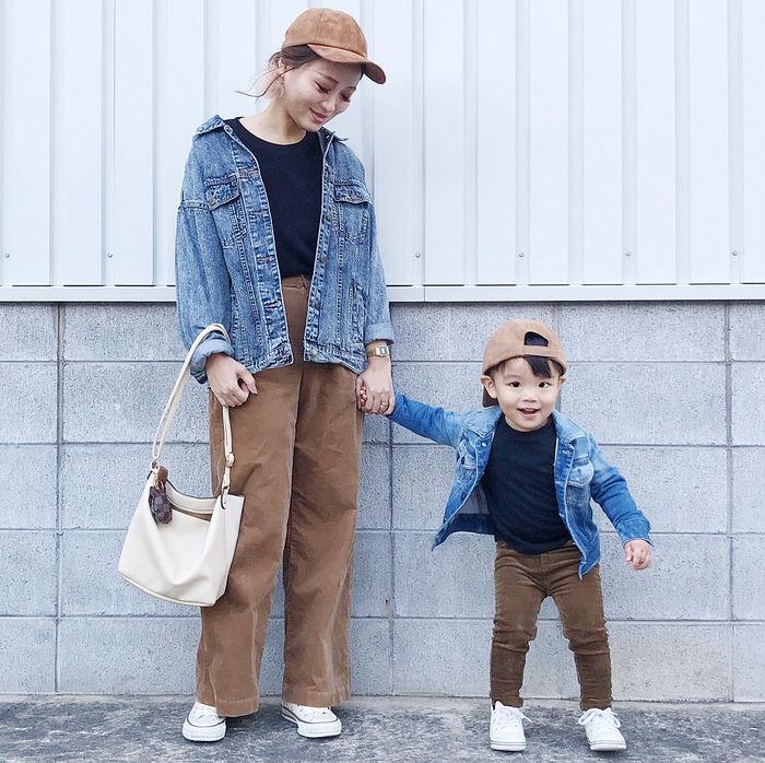 茶色のパンツとジージャンを着た親子コーデ