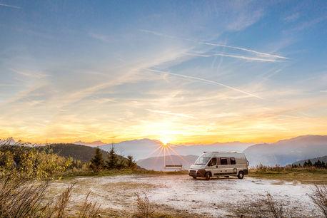 車で行くソロキャンプは男のロマン!車中泊のメリットや装備、車選びをご紹介!
