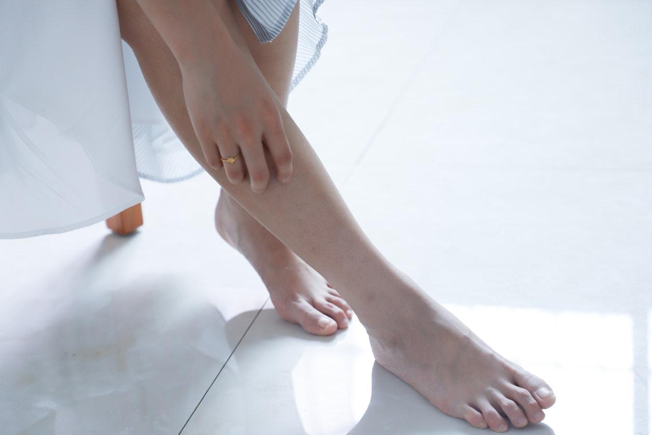 外反母趾はかかとの高い靴だけが原因ではない?
