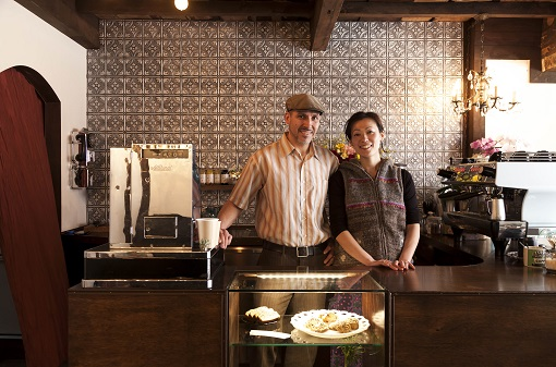 金沢弁と英語が飛び交う商店街のカフェ