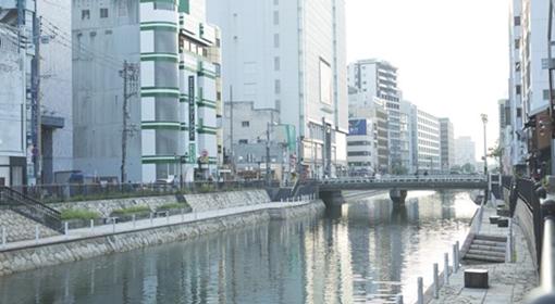 博多川に寄り添う、最先端ホステル