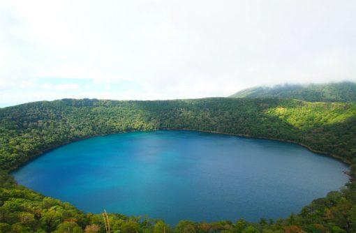 青い火口湖への誘い