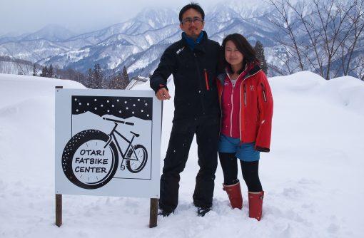 新井東珠さん・あゆ子さん夫妻。小谷ファットバイクセンターのロゴは、私が初めて請けたデザインの仕事でもあります。
