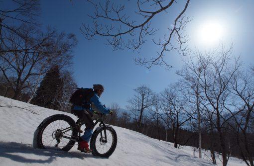 冬の間は雪上でファットバイクのガイドを行う東珠さん。自転車のこととなると本当に子どもみたいな人です。