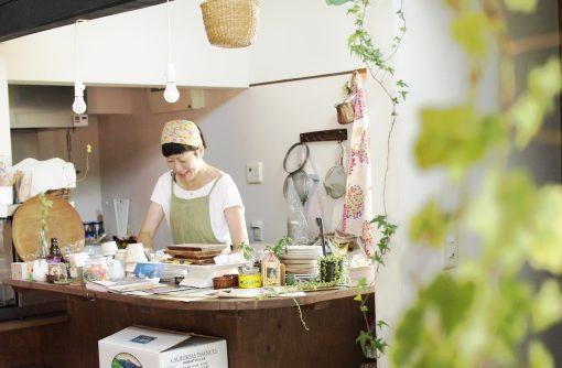 カウンター内で作業をする矢澤さん。明るい光が差し込み居心地がいい。