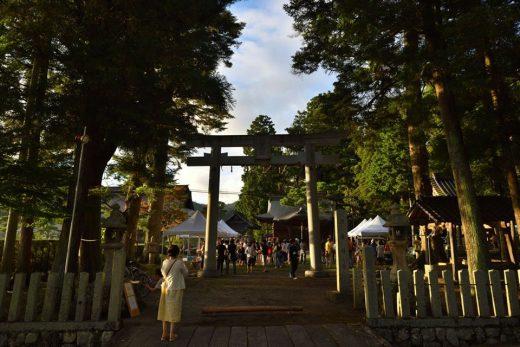 歴史ある神社で、一夜限りのビアガーデン!