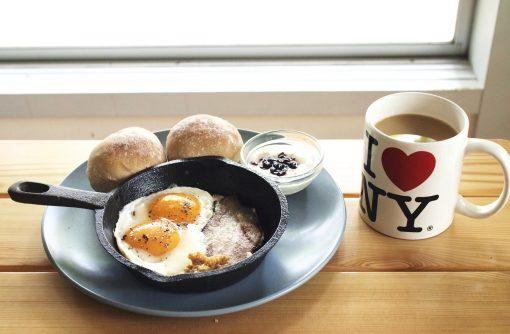 朝ごはんのセット。コーヒーのマグはNY、サンフランシスコ、ハワイなど旅先でで買い集めたものです。