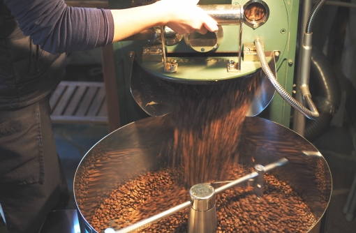 焙煎機は東京・南千住にある自家焙煎珈琲の名店「カフェ・バッハ」田口 護さんが監修したモデルを使用。店内でいただく美麻ブレンドは550円。焙煎豆の販売のみも行っている。