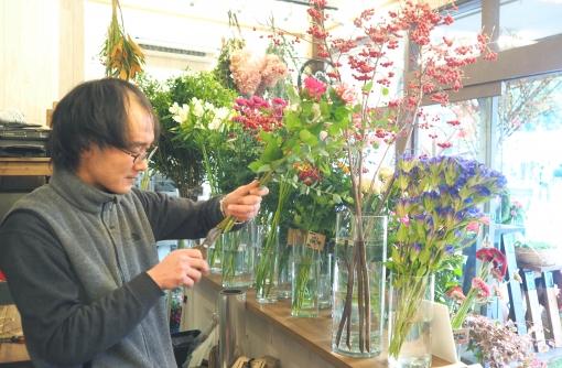 お客さんと話しながらブーケを作る小林さん。季節の花のことや、花を長持ちさせるアドバイスも行っている。