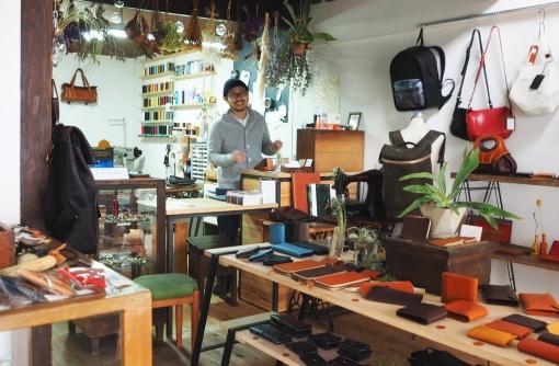 天井を抜いて古民家をリノベーション。店内中央の棚にオリジナル商品が並ぶ。