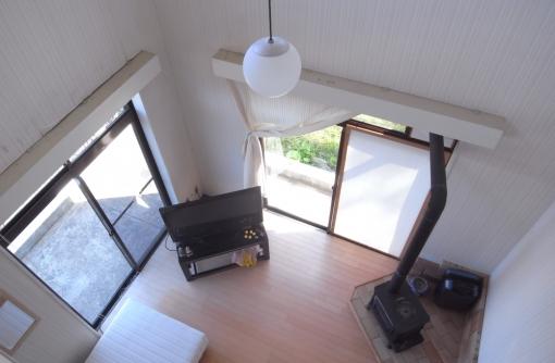 リビングの吹抜け。冬の暖房は薪ストーブだけで全部屋いけそう。
