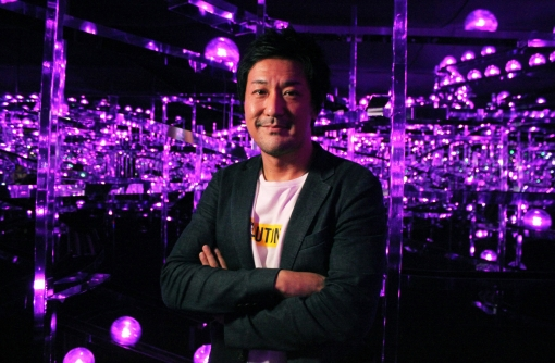 「世界とは、没入して身体で認識するもの」teamLab代表・猪子寿之氏インタビュー/『永遠の海に浮かぶ無常の花』開催中!