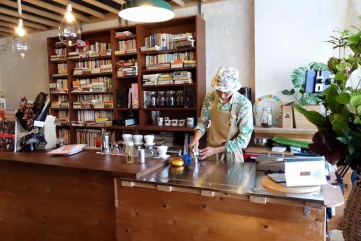 再生産のための劇場型珈琲店「Chomsky Coffee & Library」