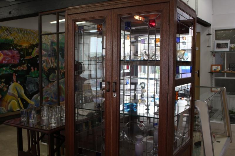ガラスをつなぎ、歴史と想いもつなぐリメイク家具 「伏見屋ガラス店」