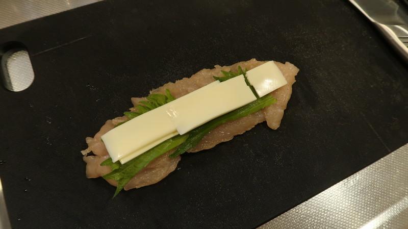 鶏ささみ肉の上に大葉とチーズを乗せる