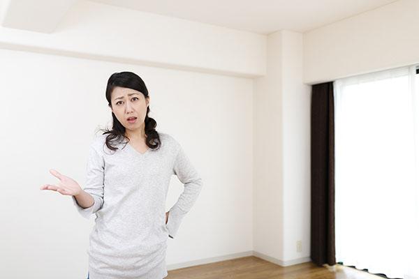 部屋にいる女性の図