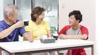 ティータイム中も、スタッフはお客様と積極的に<BR>コミュニケーションをとります。