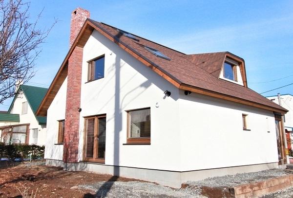 三角屋根のブロック造の家
