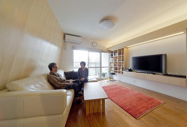 ご夫婦の暮らしをデザイン。「斜めに迫り出す壁」でLDKと夫の趣味部屋をセパレート!