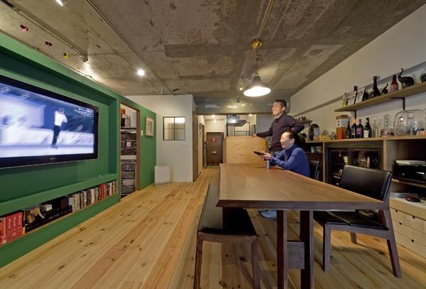 テレビと一体型のみどり色の間仕切り壁