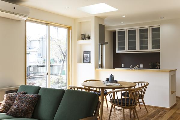 自然素材やオリジナル家具を取り入れた、落ち着きある大人の空間を実現