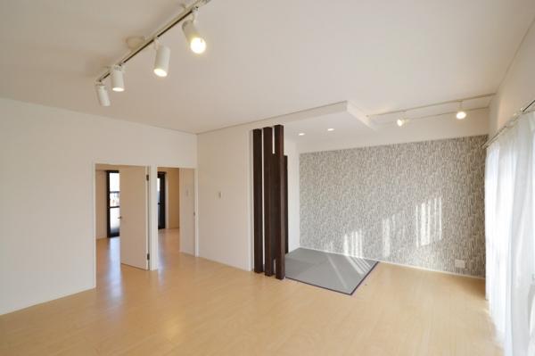 洋室とリビングをつなぐ共有空間