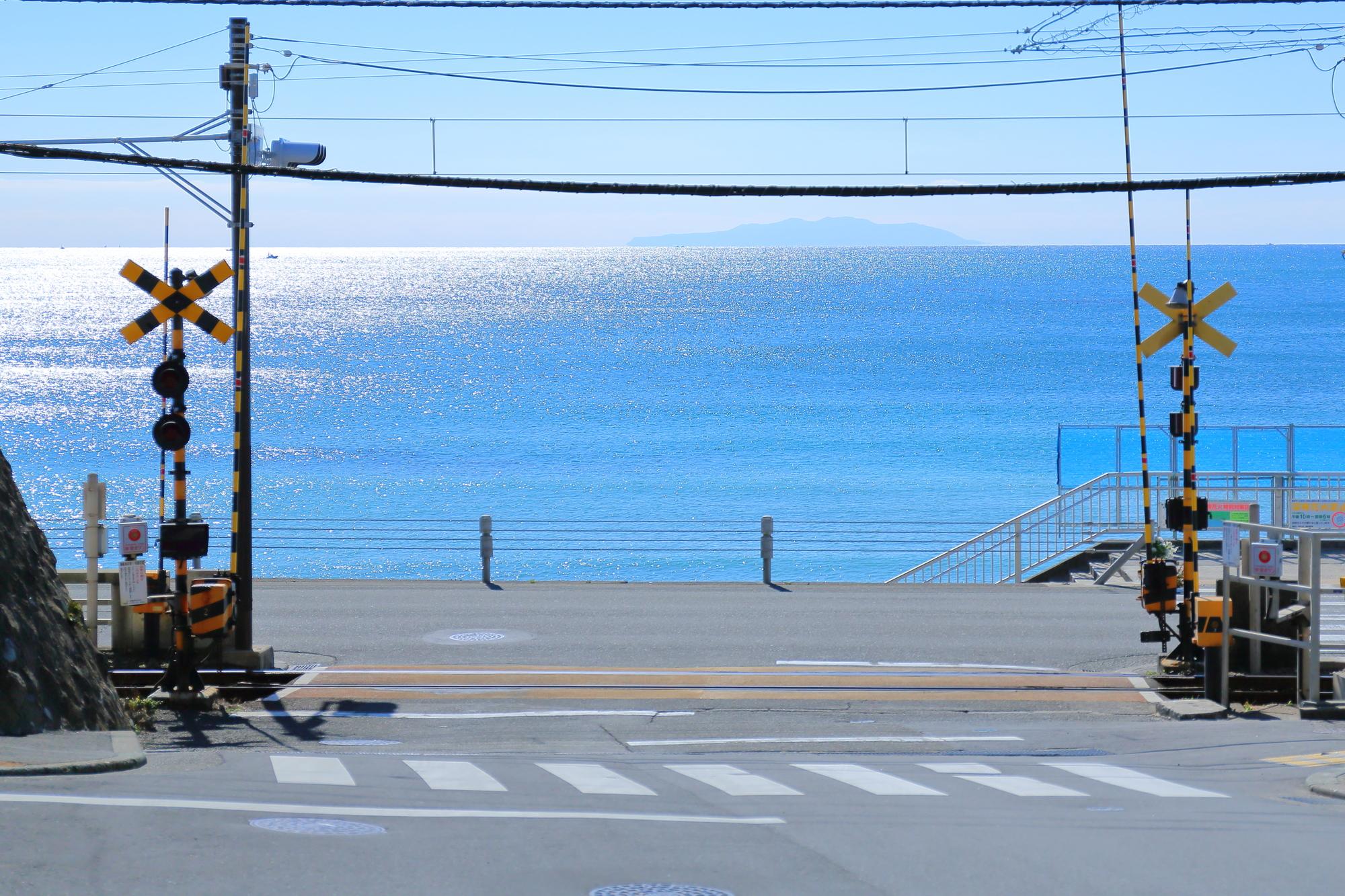 江ノ島電鉄七里ヶ浜駅の踏切/七里ヶ浜(神奈川県/鎌倉市)
