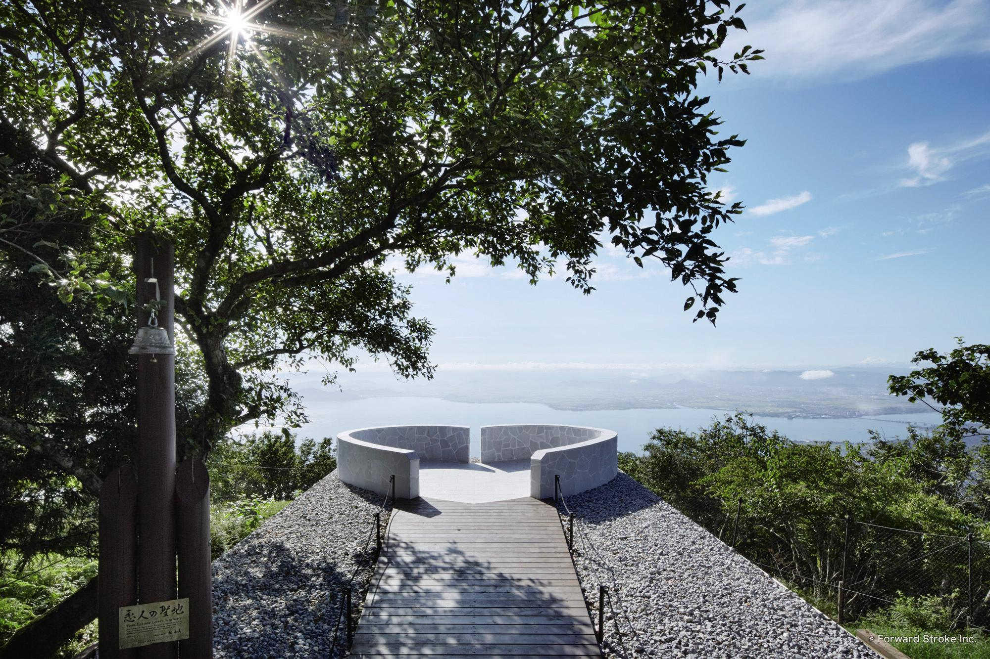 恋人の聖地、記念モニュメントの「湖空の鐘」/びわ湖バレイ(滋賀県/大津市)