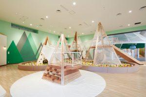 雨でもOK!木のおもちゃ・大型遊具で遊べる「京王あそびの森 ハグハグ」