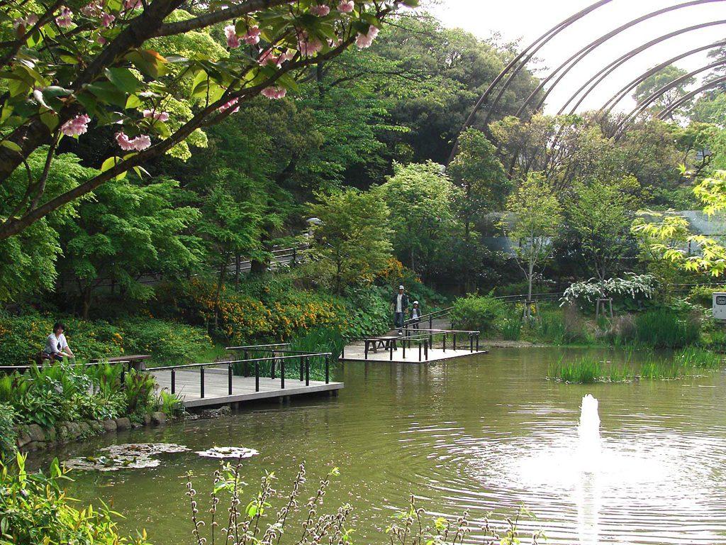 巨大なケージ内ではベンチで寛ぐ人も/到津の森公園(福岡県北九州市)