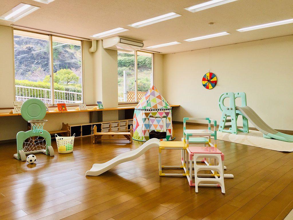 乳幼児の遊び場の小さな滑り台やテントなど/愛知こどもの国(西尾市)