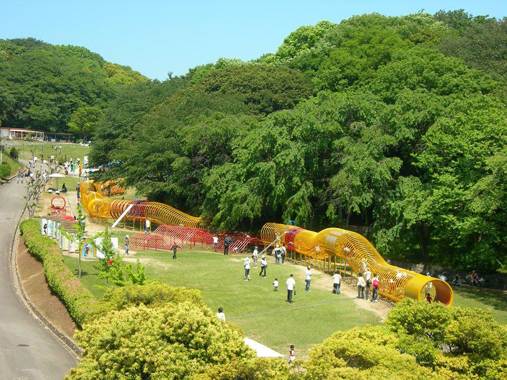 長いトンネルのような大型遊具「ドラゴン」/愛知こどもの国(西尾市)
