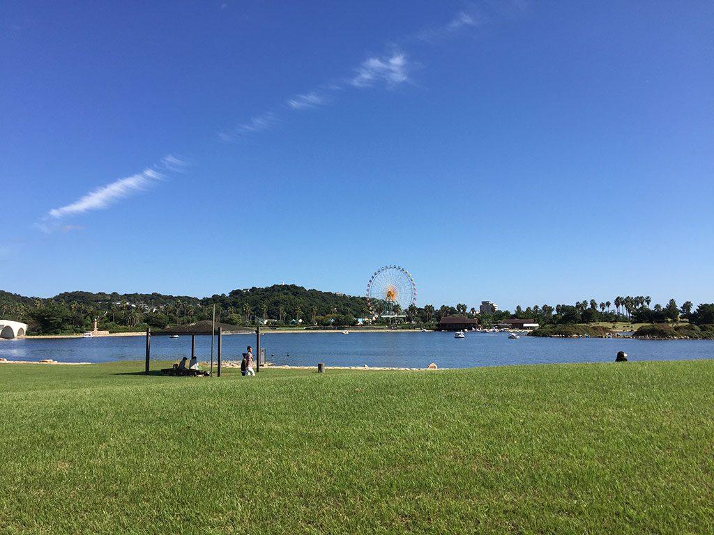 大きな池の周りの芝生広場/赤穂海浜公園(兵庫県)