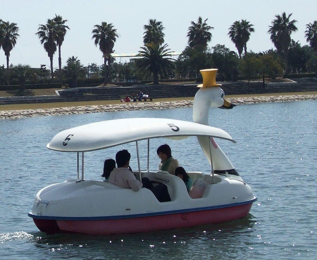 白鳥の足漕ぎサイクルボートに乗る家族/赤穂海浜公園(兵庫県)