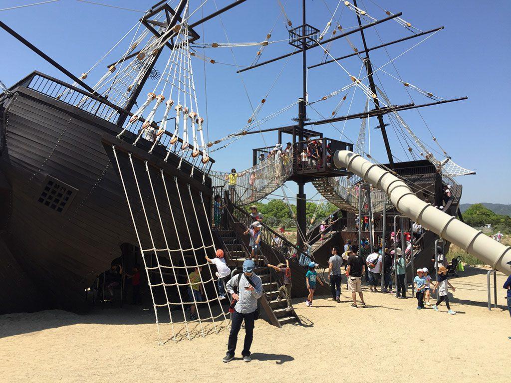 巨大な難破船の形の大型遊具/赤穂海浜公園(兵庫県)